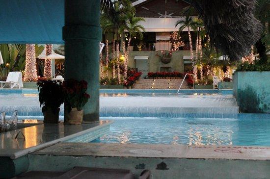 Couples Negril : main pool/swim up bar