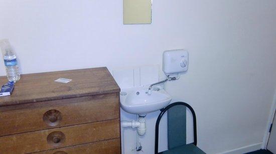 Royal Chambers: ツイン部屋にある洗面台