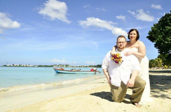 Couples Negril : wedding photo on beach