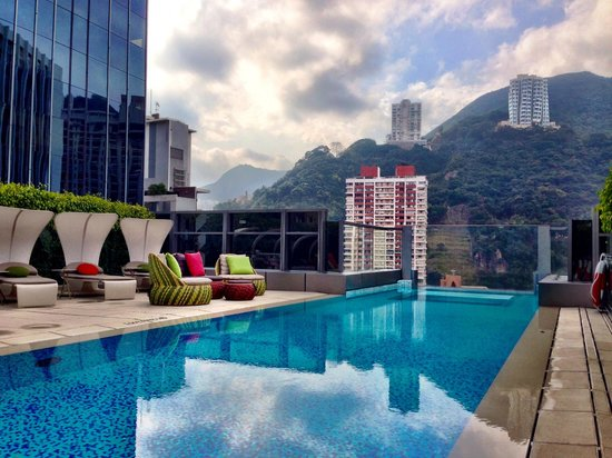 Hotel Indigo Hong Kong Island: Roof top pool with an amazing view
