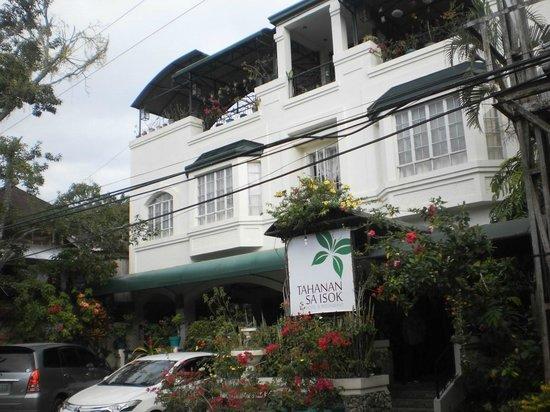 Tahanan sa Isok: Front of hotel