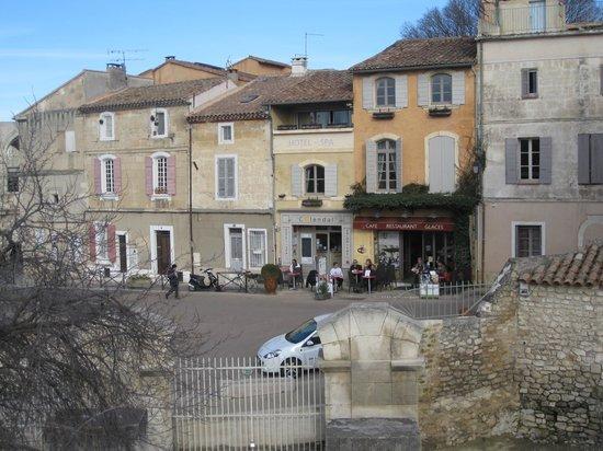 Hotel Spa Le Calendal: vue de l'entrée de l'hôtel depuis le théâtre antique