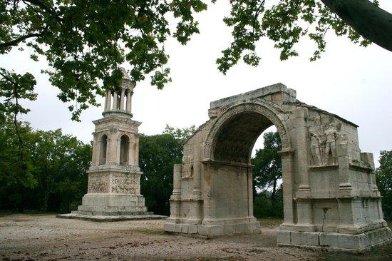 Site archéologique de Glanum : L'Arc de Triomphe et le Mausolée