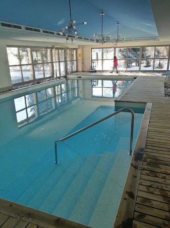 Hotel Alpine Lodge Gstaad - Saanen: Indoor pool leading to outdoor pool