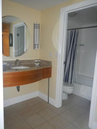 Pismo Lighthouse Suites: bathroom 2