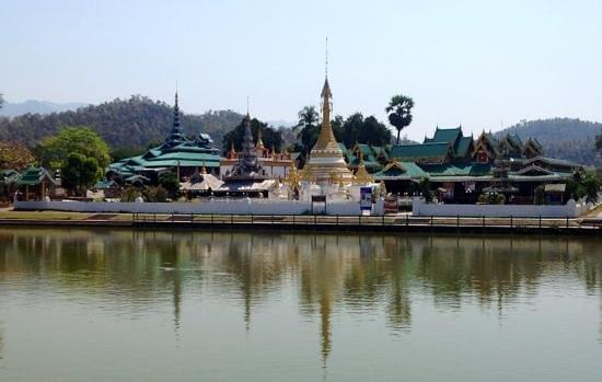 Wat Chong Kham : tempio sul lago