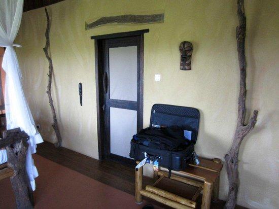 Kyambura Game Lodge: Door to bathroom