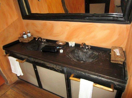 Kyambura Game Lodge: Bathroom
