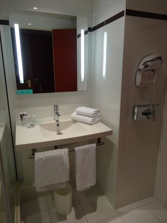Hotel Mercure Saint Quentin en Yvelines Centre: バスルーム・洗面台