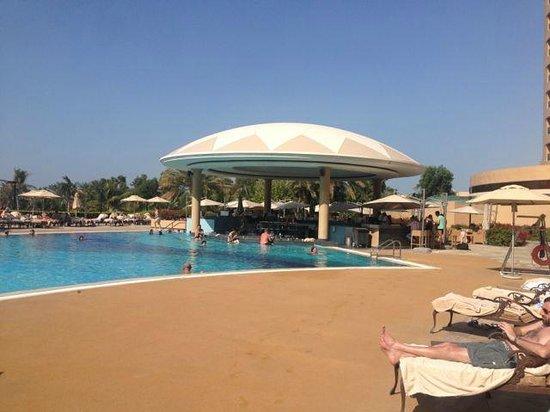 Le Royal Meridien Beach Resort & Spa: Main pool bar