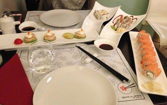 Sakura Sushi: Tavola con piatti perfetti