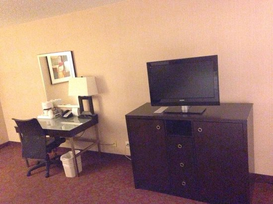 Holiday Inn Palmdale: Tv, dresser/fridge, and work desk