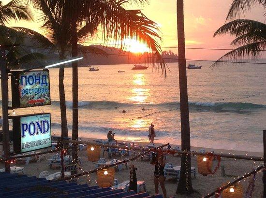 Pond Restaurant: couché de soleil a kamala vue du restaurant