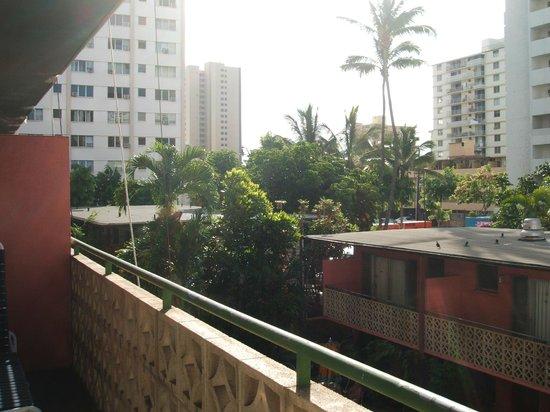 Royal Grove Hotel: 部屋から見た海と反対の眺め