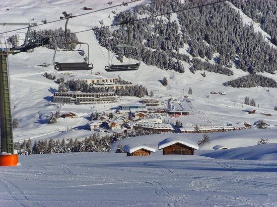 Hotel Bellavista: Hotel (in der Mitte des Fotos) vom gegenüberliegenden Skihang