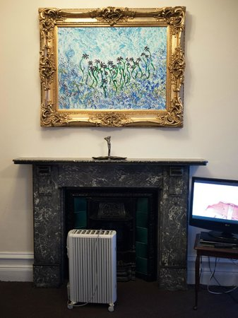 Camelot Castle Hotel: A beautiful period fireplace which has been improved by a Delonghi heater and a Ted masterpiece
