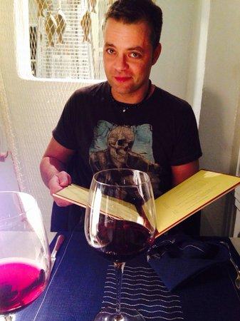 Rompeolas Restaurante: Nice big wine glasses!