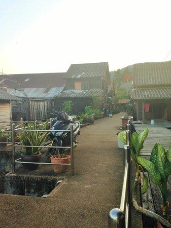 Mango Guesthouse + Villas: la rue