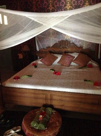 Echo Beach Hotel : Bed with mosquito net