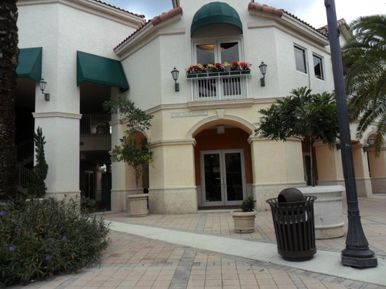 Mizner Place at Weston Town Center: Entrance to Mizner Place