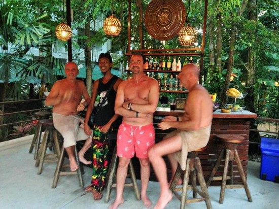 Aonang Tropical Resort: les hommes au bar