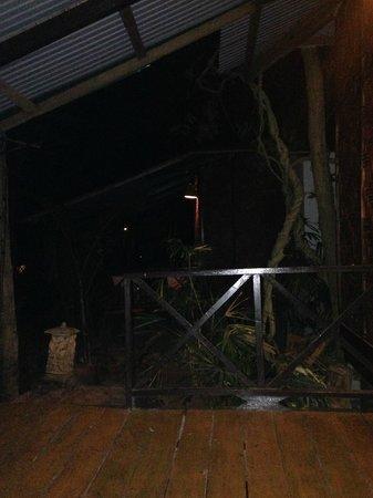 Aonang Tropical Resort : terasse bungalow de nuit