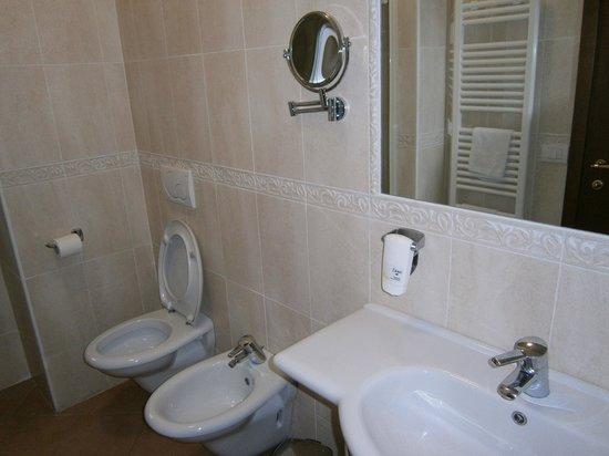 Hotel Sovrana: bagno con doccia... munito pure di spazzolino e dentifricio