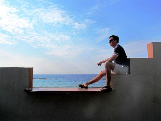 Beachfront Hostel: Me sitting on the Beachfront's balcony railing....