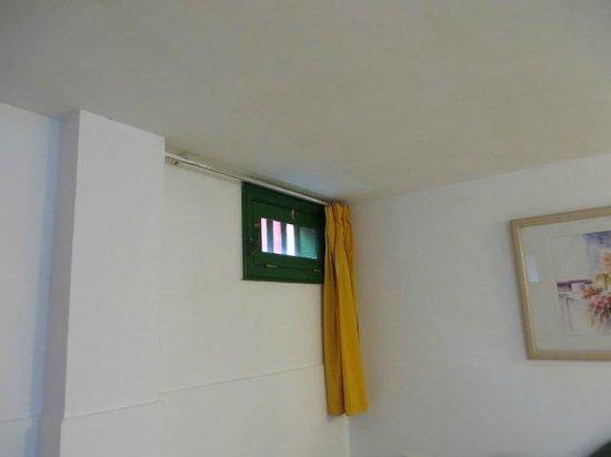 Apartamentos Galeon Playa : VENTANAL HABITACION