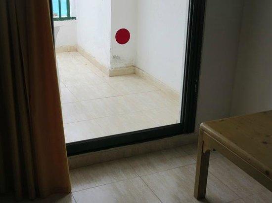 Apartamentos Galeon Playa : SALIDA A TERRAZA HAB. MINUSVALIDO