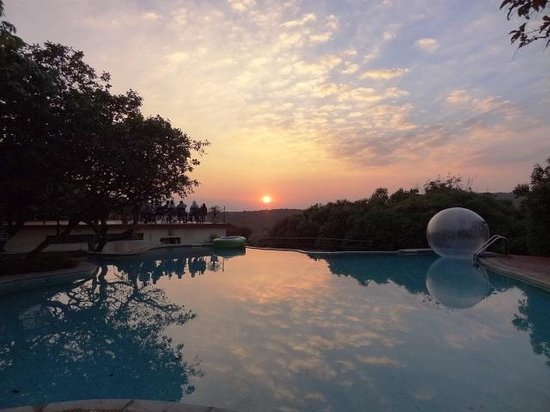 Club Mahindra Mahabaleshwar Sherwood: Majestic sunset at Sherwood.