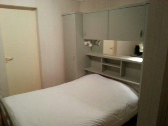 Hotel Etche Ona : Voici la chambre que jai eu pour mon week end. .propre et refaite ainsi que le hall d entrée et