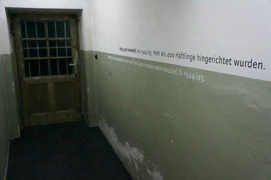 National Socialism Documentation Center : Der Gang zum verspiegelten Innenhof