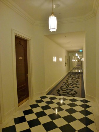 Hotel Atlantic Kempinski Hamburg: Flur mit Steinböden