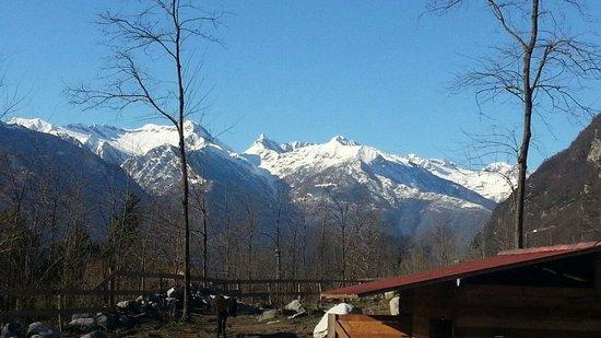 Agriturismo Val Codera: La visione di Madesimo e delle sue montagne in lontananza.