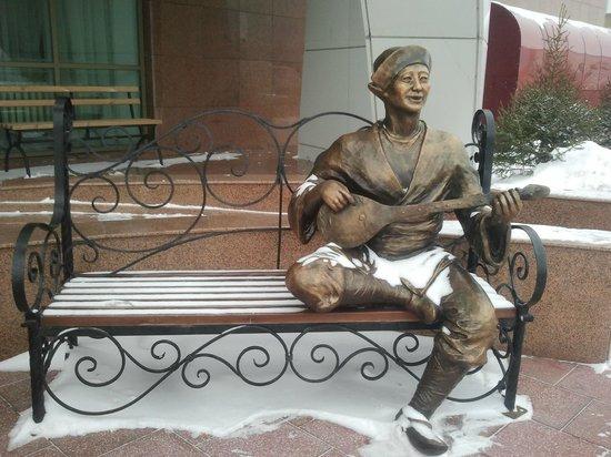Jumbaktas Hotel: Скульптура у входа в отель