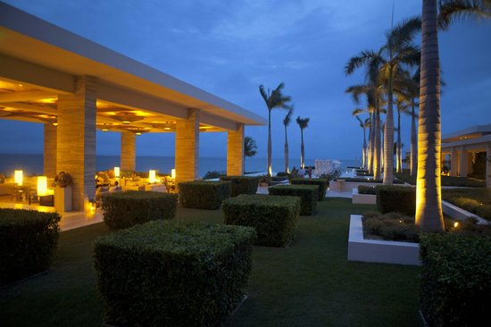 Sunset Lounge - Four Seasons Resort and Residences Anguilla: Sunset Lounge, lawn and pool