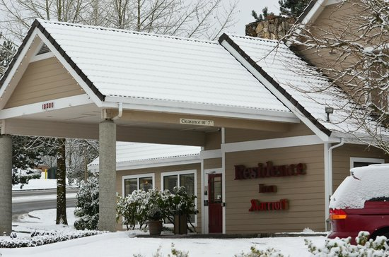 Residence Inn Seattle North/Lynnwood Everett : Hotel during snowfall