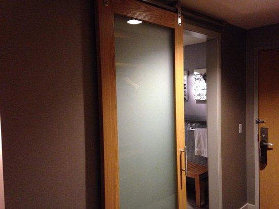 Loews Chicago O'Hare Hotel: King 11th floor bathroom door. Really cool.