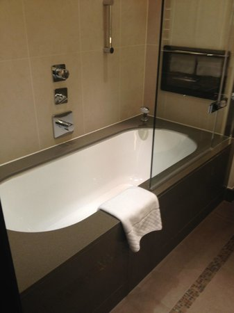 Crowne Plaza London - Battersea: Lovely large bath, and television in our bathroom!