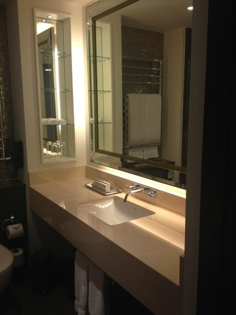 Crowne Plaza London - Battersea: Lovely large mirror in the bathroom