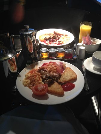 Crowne Plaza London - Battersea: Our lovely breakfast! Very yummy!
