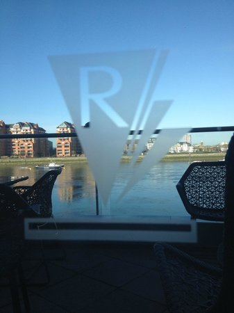 Crowne Plaza London - Battersea: Our view of the River Thames while enjoying breakfast!