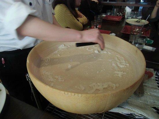 Sottorio: 目の前で削ってくれるチーズ