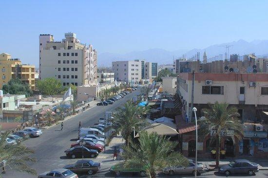 Mina Hotel : вид на одну их центральных улиц. кстати, виден ещё один отель этой цепочки