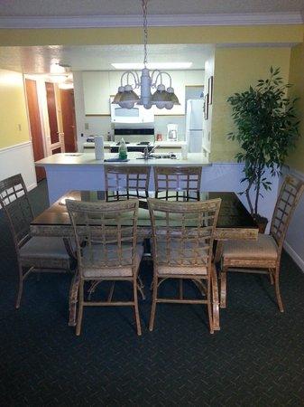 Beachtree Villas: Sala de estar e de jantar, cozinha ao fundo
