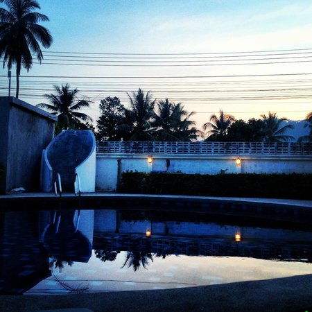 Tropical Palm Resort and Spa: Poolside at sunset