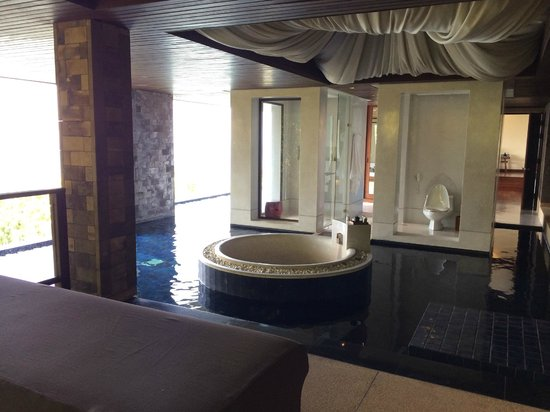 Paresa Resort Phuket: My suite bathroom with private spa