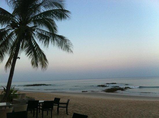Natai Beach Resort & Spa, Phang-nga: Spiaggia lato ristorante