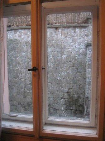 Hotel Garni Kucera: výhled do dvora místo na kolonádu, zeď pokračuje ještě 10m nahoru